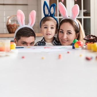 Entzückende familie mit hasenohren, die aufwerfen