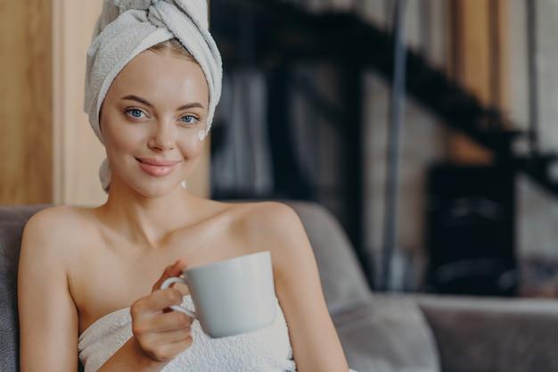 Entzückende frau mit natürlichem make-up und gesunder haut