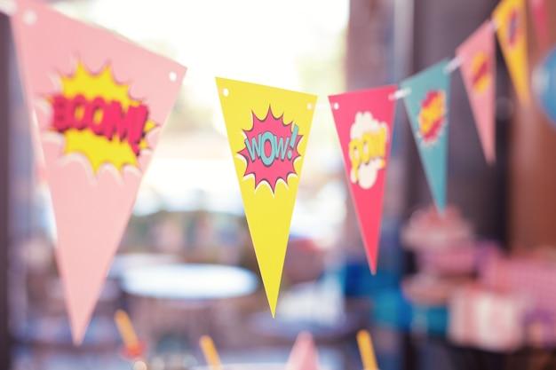 Entzückende helle partyflaggen mit lustigen zeichen