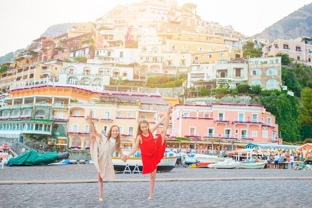 Entzückende kleine mädchen am warmen und sonnigen sommertag in der stadt positano in italien