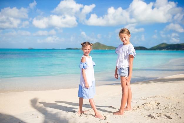 Entzückende kleine mädchen, die auf den strand gehen
