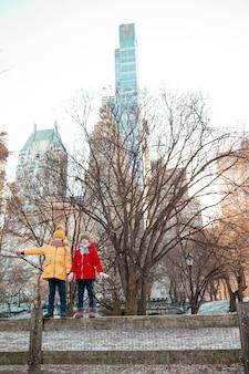 Entzückende kleine mädchen im central park in new york city