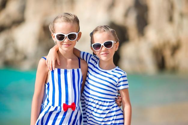 Entzückende kleine mädchen in den sommerferien in europa