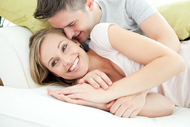 Entzückende liebhaber, die spaß zusammen im wohnzimmer haben