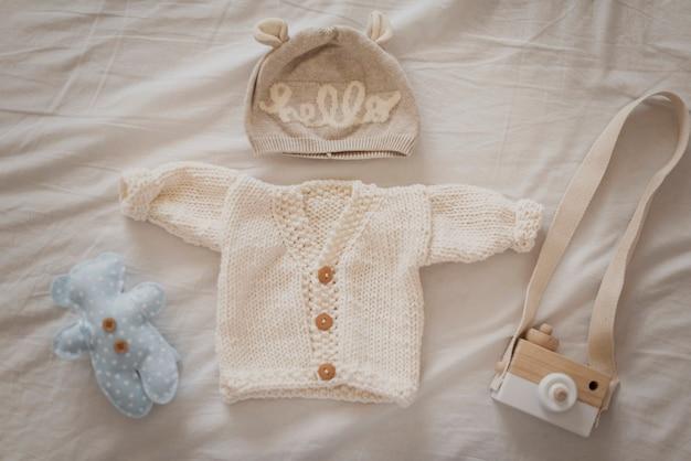 Entzückende winterkleidung für kleines baby
