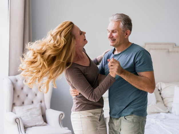 Entzückender älterer mann und frau, die zusammen tanzt