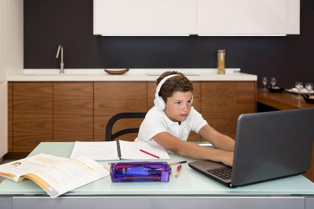 Entzückender junge, der seine hausaufgaben macht