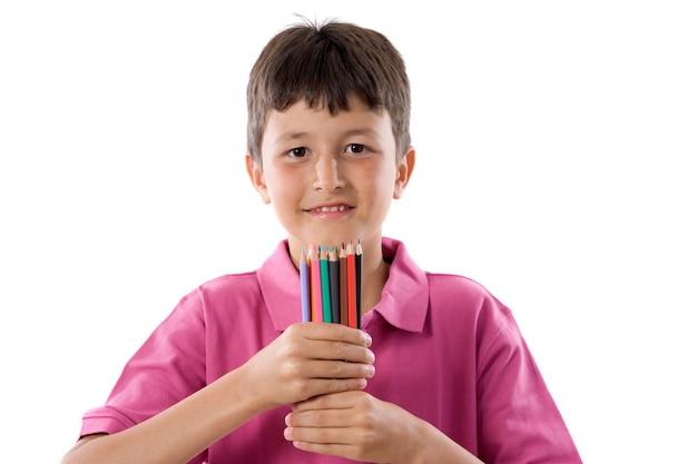 Entzückender junge mit vielen zeichenstiften farben getrennt über weiß