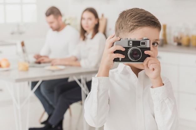 Entzückender junger junge, der ein foto macht