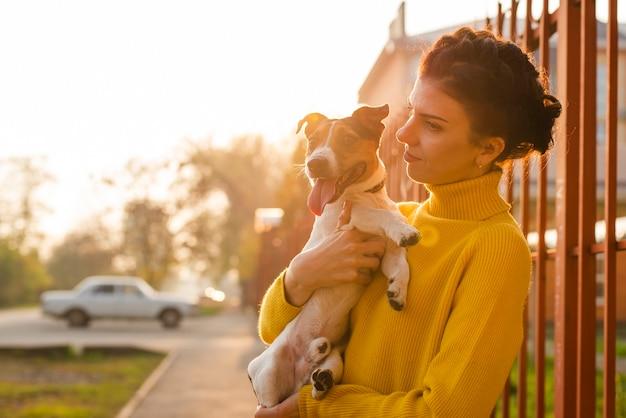 Entzückender kleiner hund mit seinem inhaber