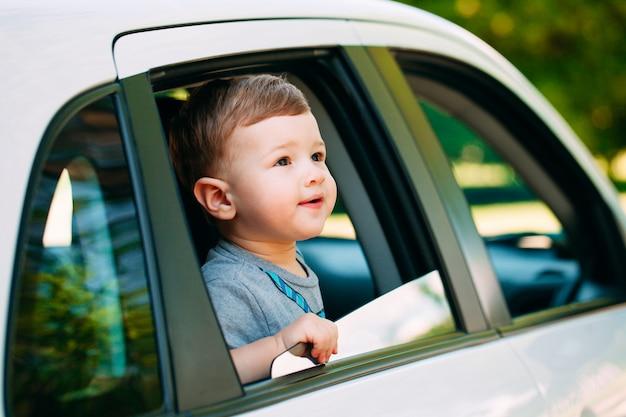 Entzückender kleiner junge im auto