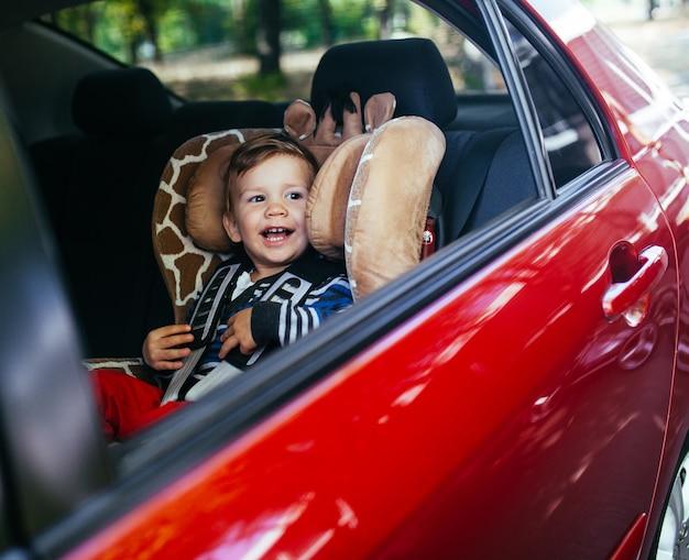 Entzückender kleiner junge im sicherheitsautositz.