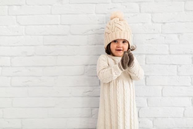 Entzückender winter des kleinen mädchens gekleidet
