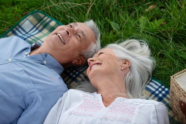 Entzückendes älteres paar beim picknick im freien