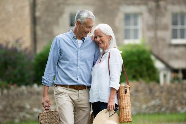 Entzückendes älteres paar, das beim spaziergang liebevoll ist