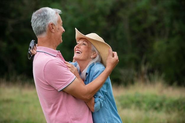 Entzückendes älteres paar, das etwas zeit im freien hat?