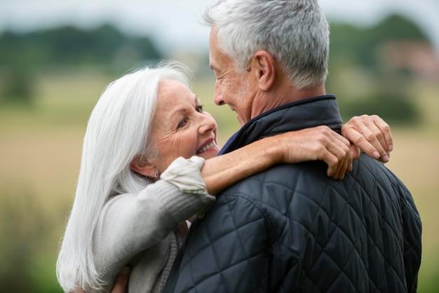 Entzückendes älteres paar, das sich liebevoll ansieht