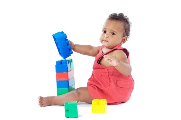 Entzückendes baby, das mit bausteinen spielt
