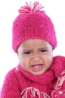 Entzückendes baby, das über weißem hintergrund schreit
