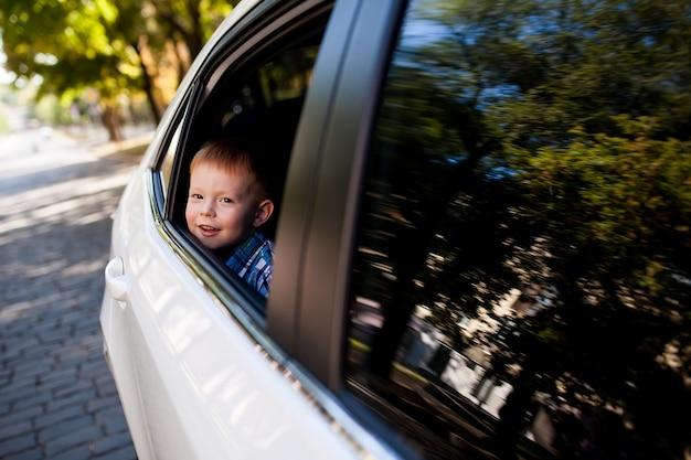 Entzückendes baby im auto