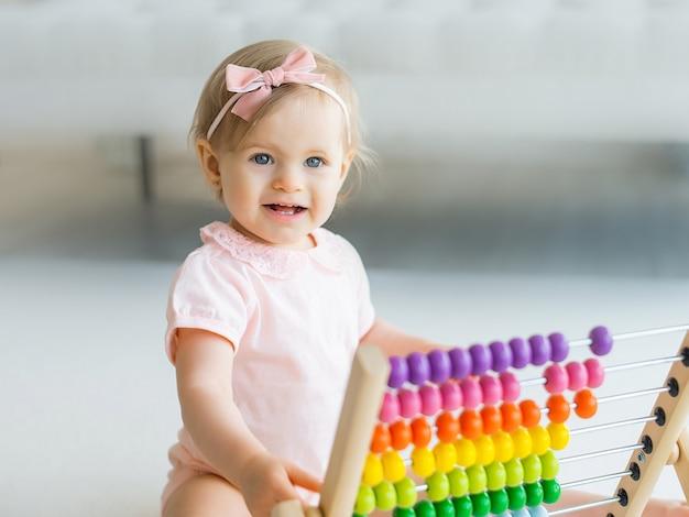 Entzückendes baby mit pädagogischen spielzeugnoten zu hause