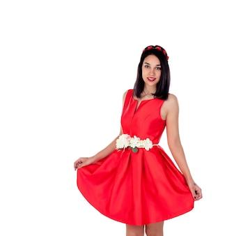 Entzückendes brunettemädchen mit einem eleganten roten cocktailkleid