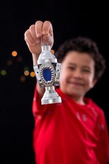Entzückendes junges kind, das ramadan-laterne hält