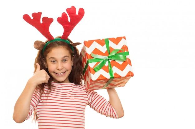 Entzückendes junges mädchen mit einem weihnachtsgeschenk