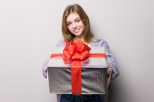 Entzückendes junges mädchen mit großer geschenkbox