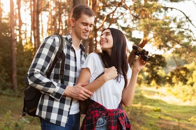 Entzückendes junges paar, das natur genießt
