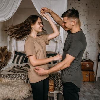 Entzückendes junges paar, das zusammen tanzt