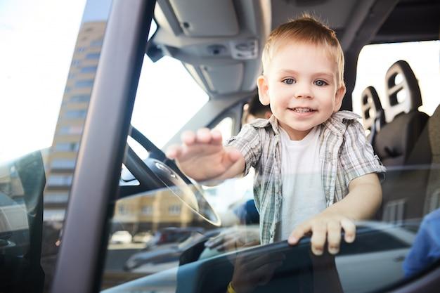 Entzückendes kind im auto