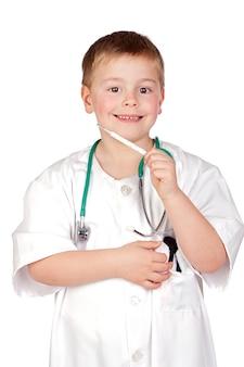 Entzückendes kind mit doktoruniform und ein thermometer getrennt auf weiß