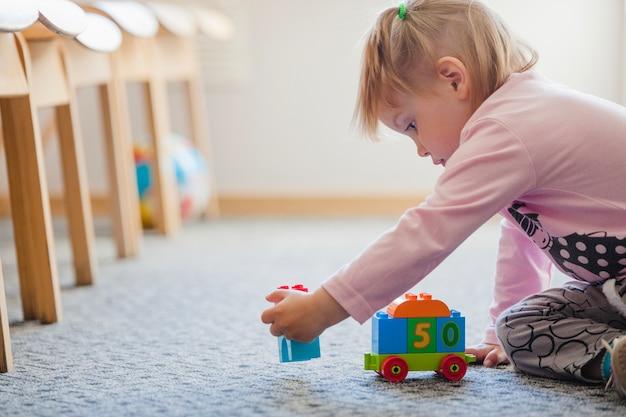 Entzückendes kind mit spielzeug