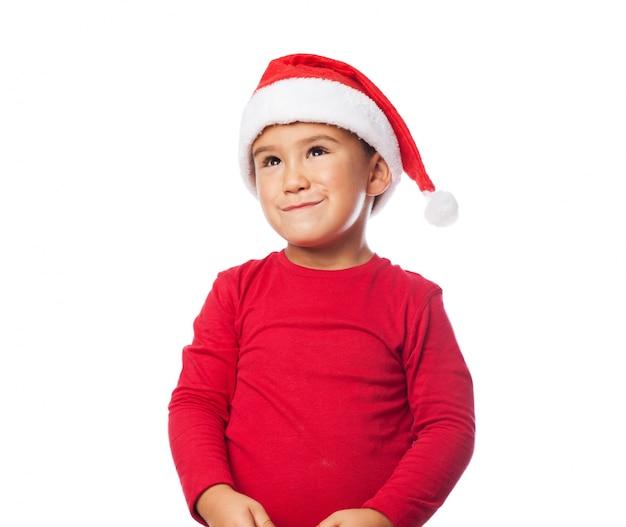 Entzückendes kind mit weihnachtsmann-hut