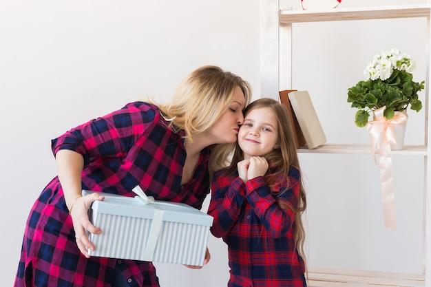 Entzückendes kindermädchen mit großer geschenkbox, die es ihrer mutter gibt