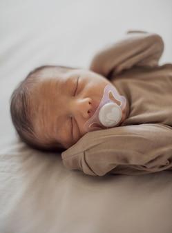 Entzückendes kleines baby mit friedensstifter
