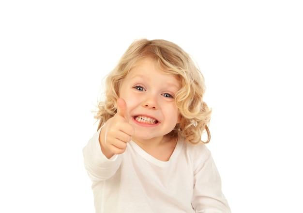Entzückendes kleines blondes kind, das ok sagt