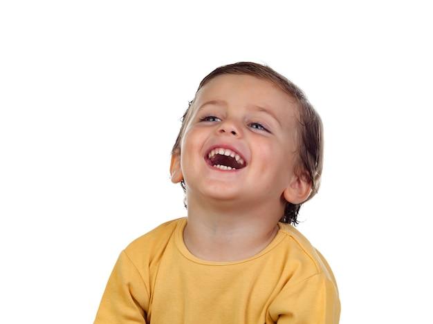 Entzückendes kleines kind zwei jahre alt mit gelbem t-shirt