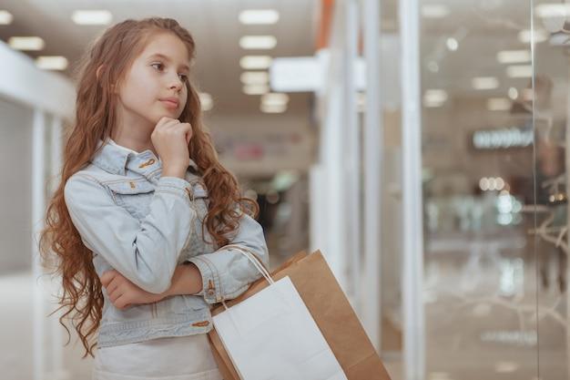 Entzückendes kleines mädchen am einkaufszentrum