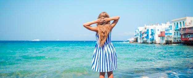 Entzückendes kleines mädchen am griechischen strand