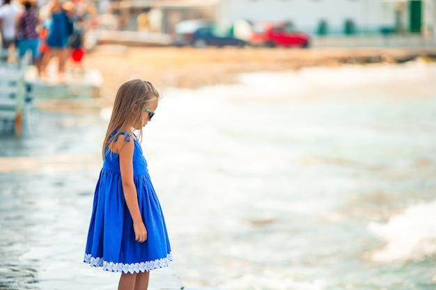 Entzückendes kleines mädchen am strand