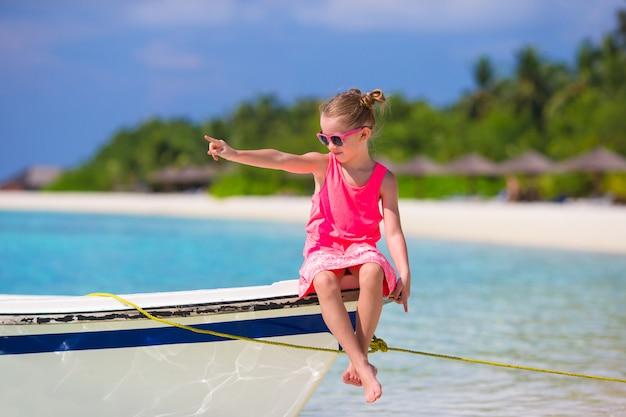Entzückendes kleines mädchen auf boot während der sommerferien