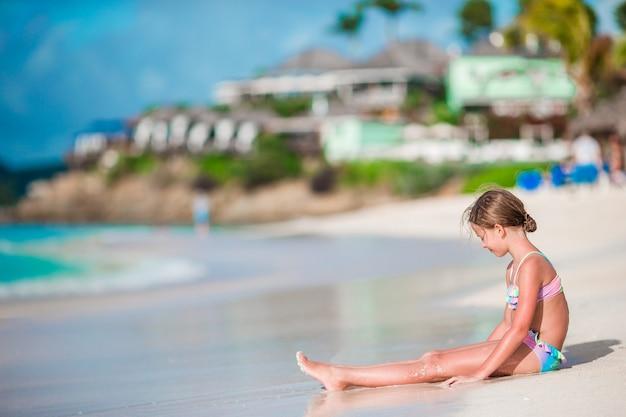 Entzückendes kleines mädchen auf dem tropischen exotischen strand