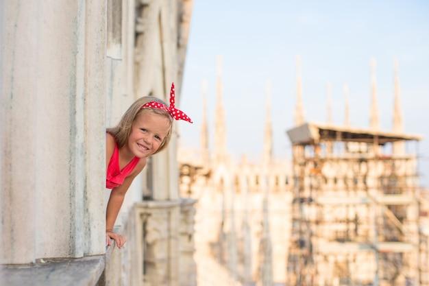 Entzückendes kleines mädchen auf der dachspitze des duomo, mailand, italien
