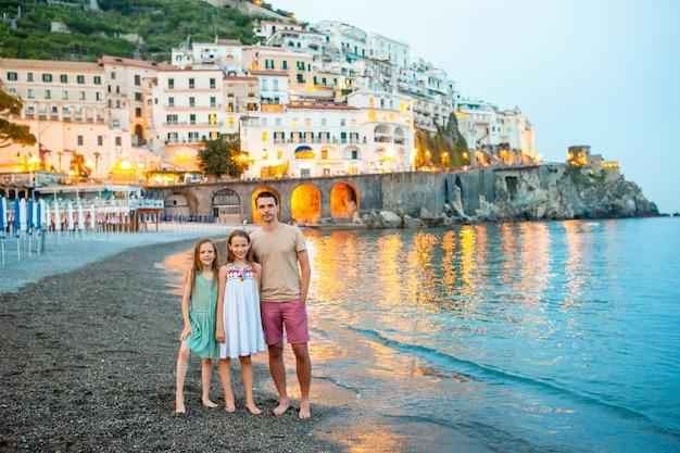 Entzückendes kleines mädchen auf sonnenuntergang in amalfi-stadt in italien