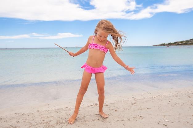 Entzückendes kleines mädchen, das tropische strandferien genießt
