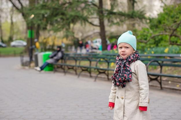 Entzückendes kleines mädchen im central park in new york