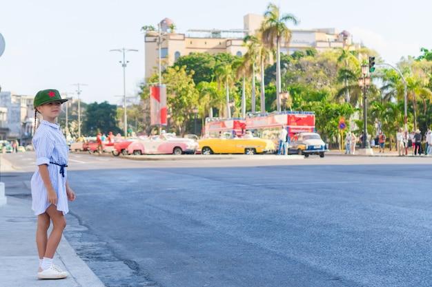 Entzückendes kleines mädchen im populären bereich in altem havana, kuba.