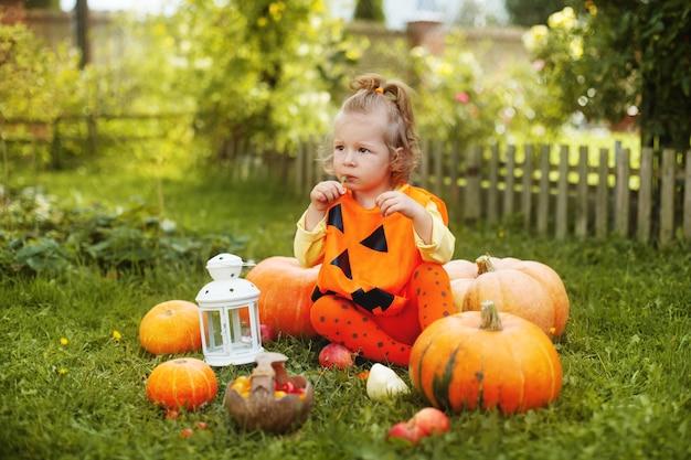 Entzückendes kleines mädchen in halloween themenorientierter kleidung